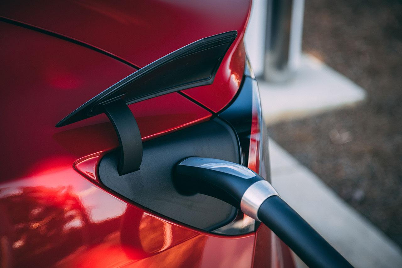 Elektryzujący temat aut. Czy dopłaty rządowe skuszą motofanów?
